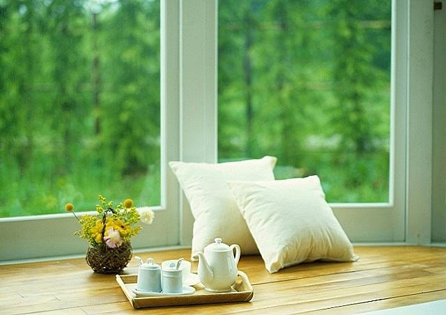 Самыми доступными по цене и оттого — наиболее популярными являются окна из ПВХ-профилей.