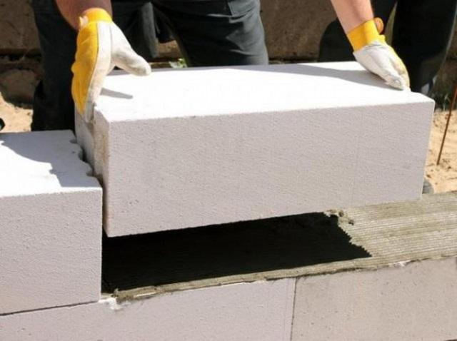 Чем правильнее «геометрия» блоков – тем тоньше кладочные швы и, соответственно, меньше «мостики холода»