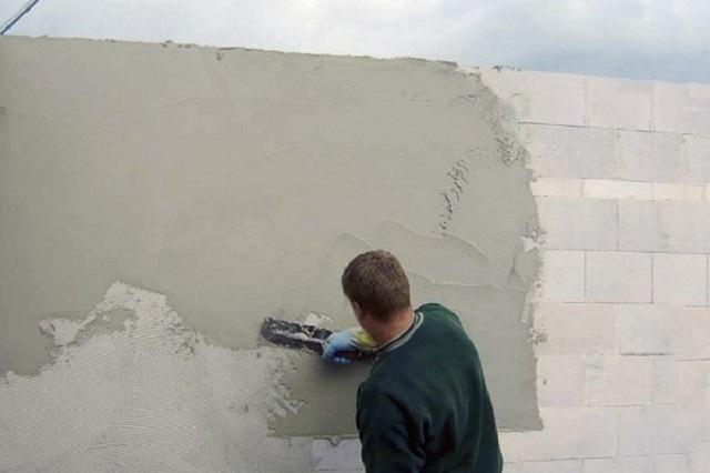 Внешние стены из газобетона ни в коем случае нельзя оставлять надолго без необходимой защиты