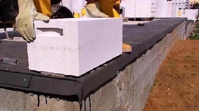 Обязательное условие при возведении любых стен – отсечная горизонтальная гидроизоляция между фундаментом и кладкой