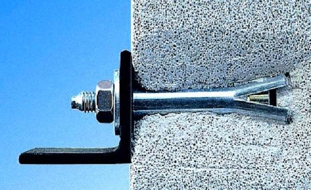Один из вариантов анкерного крепления для стен, выстроенных из пористых материалов.