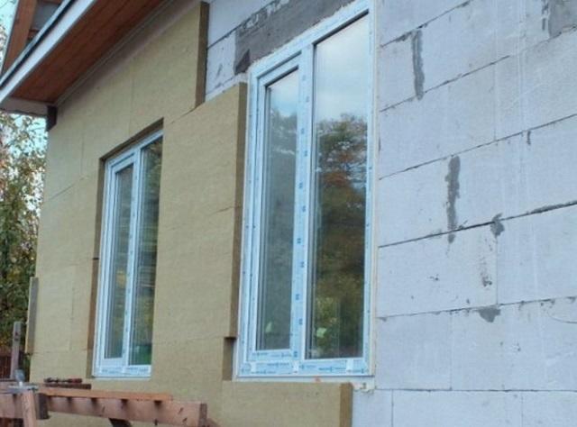 Если толщины газосиликатной стены недостаточно для создания требуемого нормативного сопротивления теплопередаче, применяются распространенные схемы дополнительного утепления.