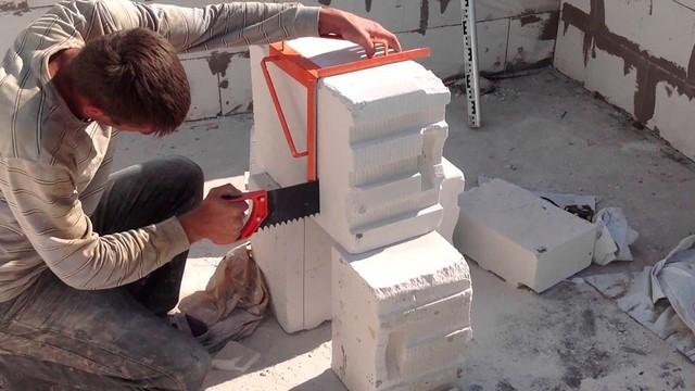При необходимости раскроя газобетонных блоков вполне можно обойтись обычной ножовкой