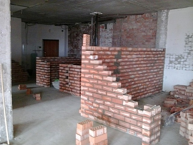 В показанном примере для разбивки общей площади новой квартиры на отдельные помещения применена кирпичная кладка в полкирпича.