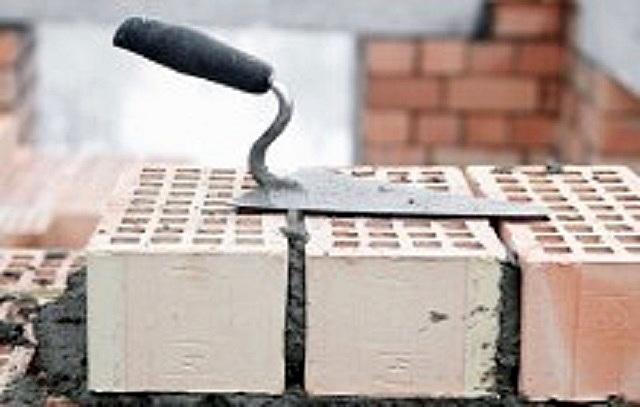 Кладка стены из пустотелого кирпича, толщиной в один кирпич – допускается лишь на нижних этажах многоквартирных домов