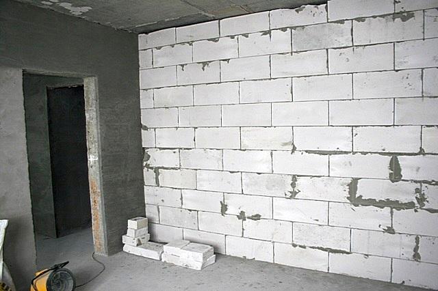 Монтаж перегородки из газосиликатных блоков выполняется несравнимо быстрее по сравнению с кирпичной стеной