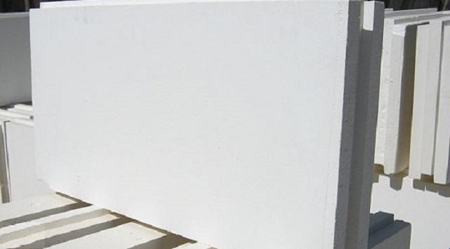 Выверенная «геометрия» пазо-гребневых плит делает монтаж перегородки из них не особо сложным занятием