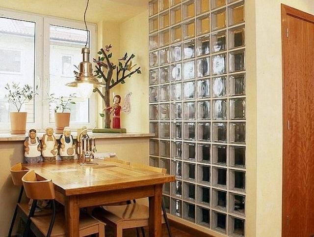 Многие просто забывают о возможности сооружения внутренней перегородки из стеклоблоков. А ведь это – вполне практичное и весьма оригинальное решение.