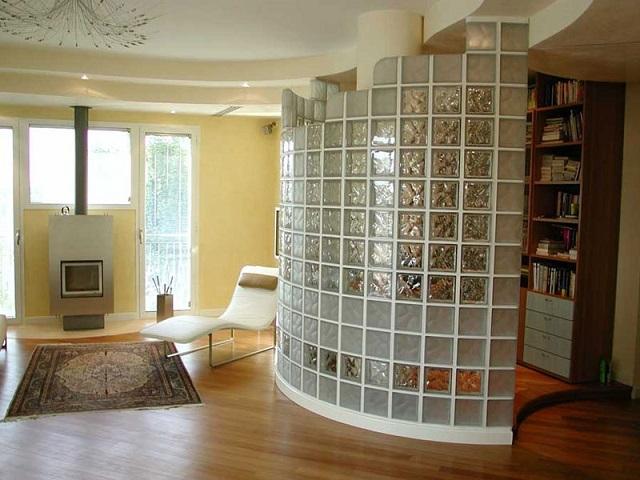 Стеклоблоки позволяют создавать очень интересные декоративные перегородки, которые можно дополнить продуманной подсветкой.