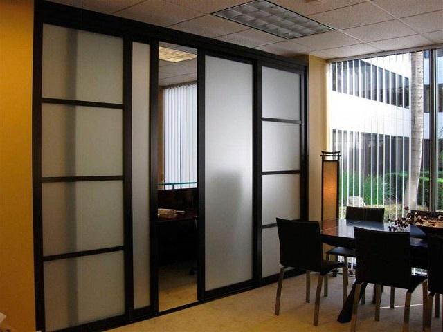 Подвижная перегородка позволяет по мере надобности разделять или объединять пространство одного помещения