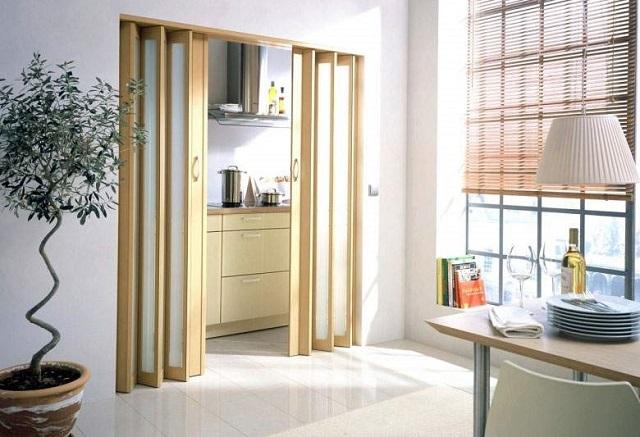 Складная «гармошка» с жёсткими створками – в зависимости от размеров может выполнять роль или оригинальной двери в широком межкомнатном проеме, или перегородки, разделяющей при необходимости помещение на два..