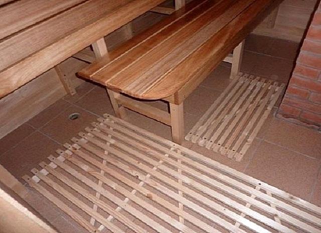 Деревянные решётки на бетонном полу, облицованном керамической плиткой. Такие решетки можно регулярно выносить на воздух для проветривания и просушки