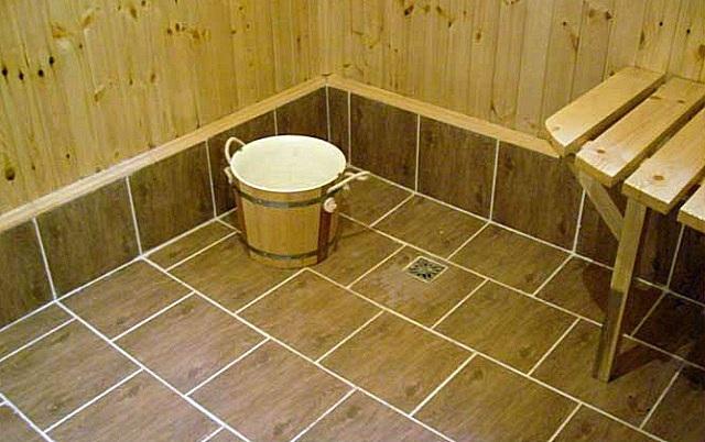 Самый распространенный вариант отделки бетонного пола в бане – облицовка его керамической плиткой