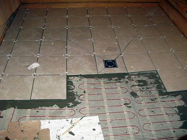 Обогревательные маты с кабелем на сетчатой основе можно укладывать прямо в ходе облицовки пола керамической плиткой.