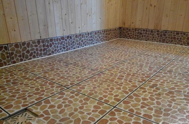Для полов в банных помещениях рекомендуется применять плитку с рельефной шероховатой поверхностью