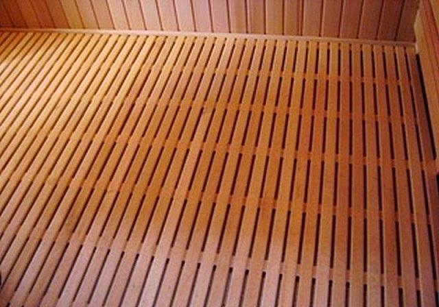 Деревянный пол протекающего типа – вода не задерживается на поверхности, а сразу через щели между половицами стекает в дренаж