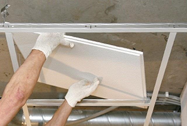 Установка декоративной панели в ячейку подвесного каркаса