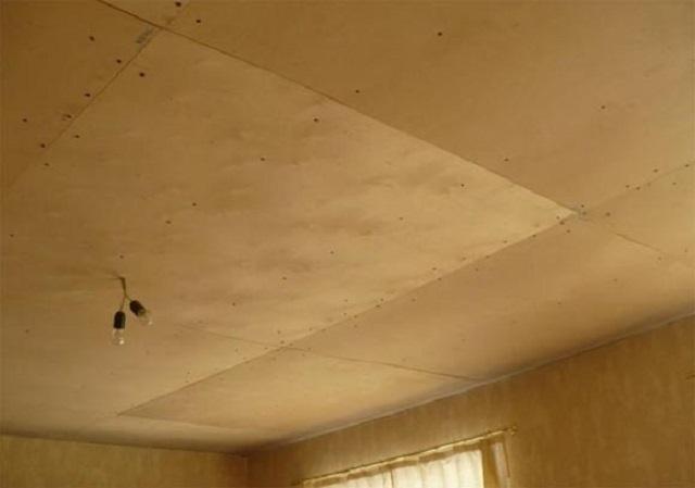 Обшивка потолка листами фанеры. Понятно, что без последующей отделки здесь не обойдется.