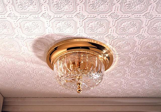 Потолок, оклеенный рельефными обоями.