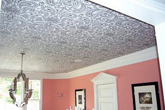 Напрасно полагают, что обои на потолке – это вчерашний день. Просто надо суметь правильно подобрать оптимальны и по качеству, и по оформлению вариант.