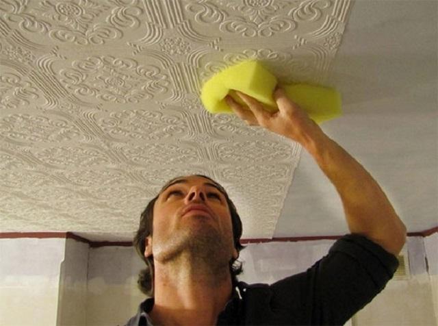 Задача оклейки потолка обоями тоже непростая, требующая сноровки и терпения. Но невыполнимой ее для самостоятельного проведения все же не назовешь.