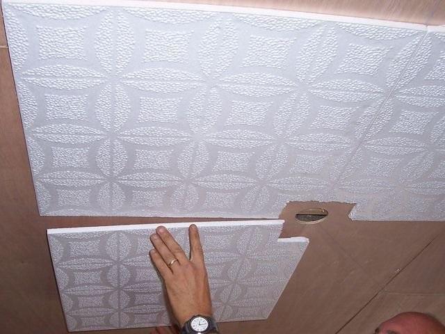 Приклеивание пенополистирольной плитки на потолок – занятие несложное. Естественно, если предварительно выполнена качественная разметка.