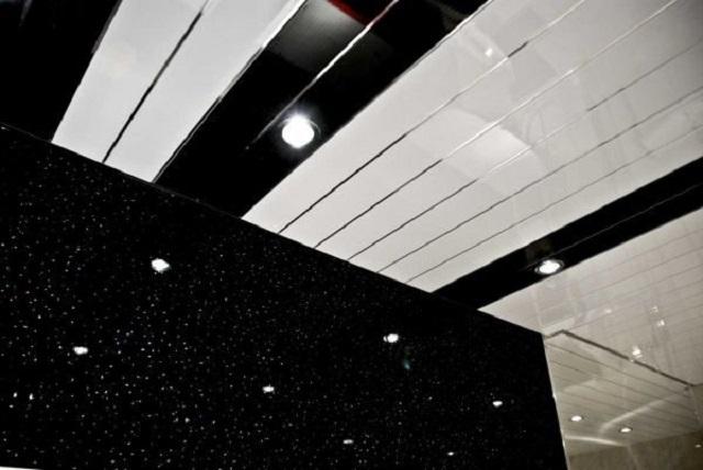 Потолок, облицованный пластиковыми панелями по типу вагонки – неплохой вариант для ванной комнаты