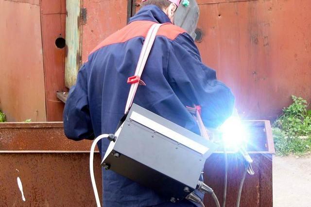 По сравнению с трансформаторами или выпрямителями, ММА-инверторы почти «невесомые», и их можно даже удерживать на весу на ремне в ходе выполнения работ