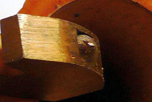 На фотографии хорошо видна пирамидальная форма заточки кристалла и его расположение под углом к оси рукоятки стеклореза