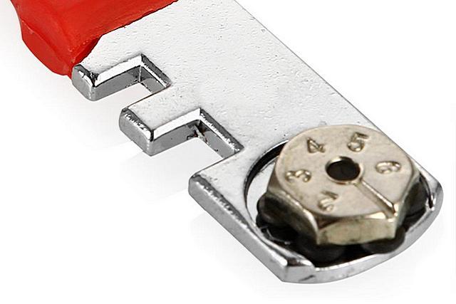 Стеклорез с блоком, вмещающим шесть сменных роликов.