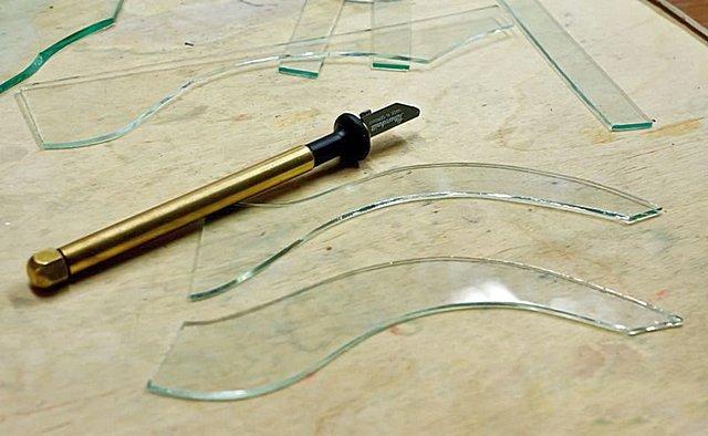Масляный стеклорез с поворотной головкой – идеальный инструмент для выполнения сложных криволинейных резов