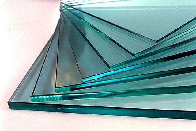 Как правило, в повседневной практике в ходе ремонта или строительства приходится иметь дело с оконным силикатным стеклом, получаемым из расплава кварцевых пород и специальных добавок
