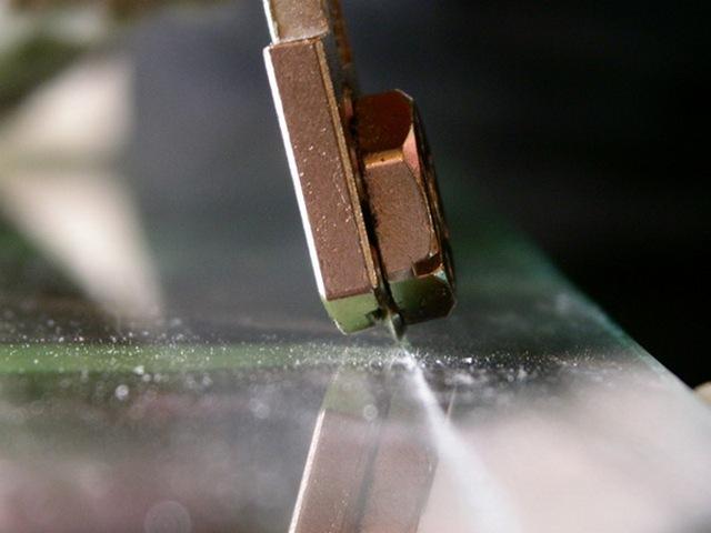 Первый шаг в технологии резки стекла – нанесение бороздки, задающей линию раскроя