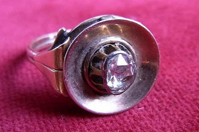 Во многих популярных приключенческих романах их герои в качестве стеклореза использовали перстни с алмазом