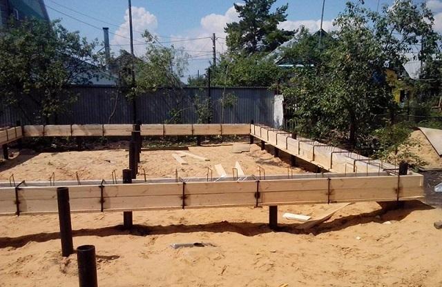 Если для дома из пеноблоков выбран свайный фундамент, то оптимальным решение по его обвязке станет железобетонный монолитный ростверк