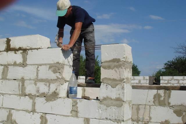 Приноровившись, кладку стены из пеноблоков можно выполнять даже самостоятельно, в одиночку, и достаточно быстро