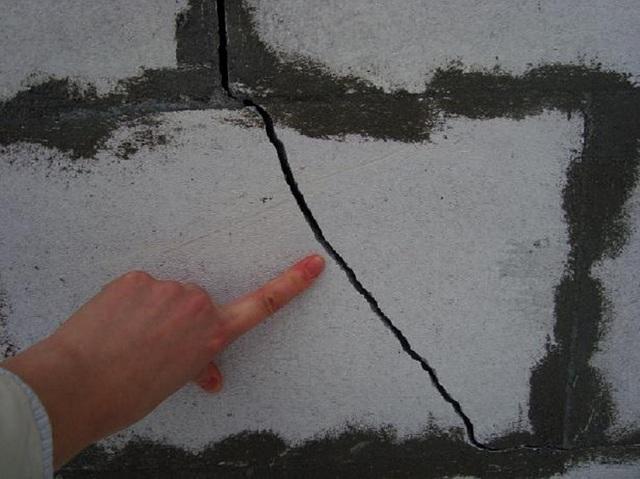Пенобетонным блокам категорически «противопоказаны» нагрузки на излом. Это вполне может привести к появлению широких сквозных трещин на стенах дома.
