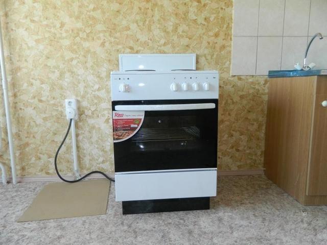 Электрическая духовка обычно предполагает выделенную линию питания требуемой мощности со своими приборами обеспечения безопасности (УЗО иди дифавтоматами) и отдельной розеткой.