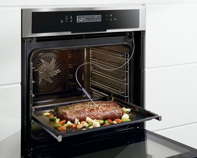 Если электрическая духовка оснащена термощупом, то это позволит оперативно и с высокой точностью контролировать степень готовности блюд, даже не отрывая дверцы шкафа