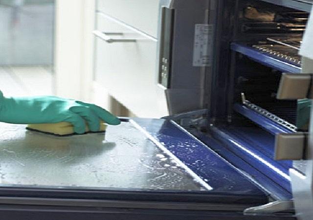 Нелюбимый всеми, но совершенно неизбежный процесс мытья духовки после приготовления пищи. Производители постарались максимально упростить эту задачу.
