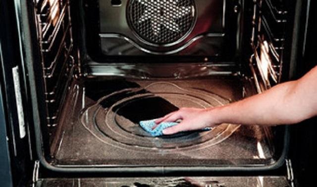 В духовых шкафах с каталитическим покрытием стенок жир почти бесследно сгорает еще в ходе приготовления пищи. Остаётся только провести легкую влажную уборку.