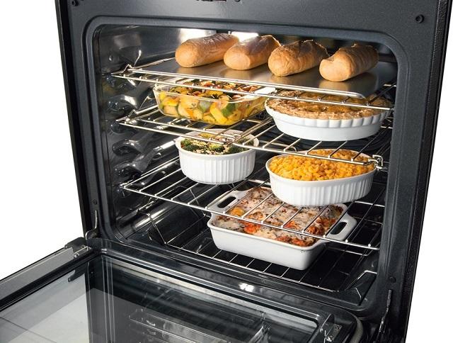 Гуляло расхожее мнение, что в газовой духовке продукты получаются вкуснее, чем в электрической. Очень спорное заявление, и многие хозяйки категорически настаивают на совершенно обратном эффекте.
