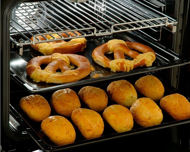 Качество приготовления пищи, безусловно, в первую очередь зависит от качества продуктом и мастерства хозяйки. Но газовые духовки, в отличие от электрических, иногда демонстрируют свой «капризный норов».