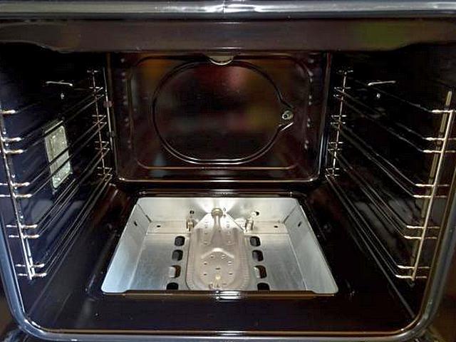 Газовая горелка в духовом шкафу – классическое нижнее расположение под нижней стенкой.