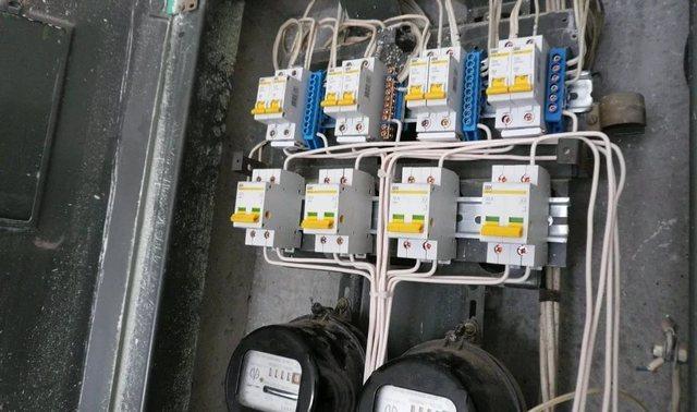 Если есть желание сменить газовую духовку на электрическую, то в обязательном порядке следует уточнить, справится ли с дополнительной немалой нагрузкой имеющаяся линия электропитания.