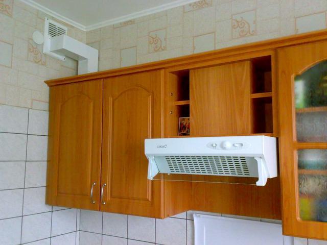 Важность эффективной системы вентиляции на кухне вообще сложно переоценить. Но если используются газовые приборы, то речь идет уже даже не столько об обеспечении комфортного микроклимата, столько о безопасности проживания.