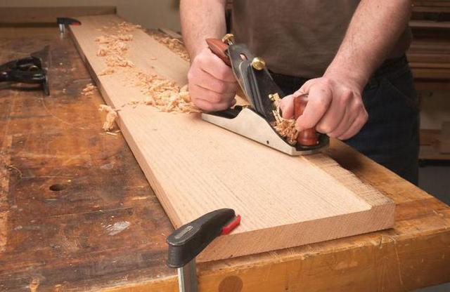 Обработка доски вручную – это занимает много времени и сил, требует хороших навыков в работе