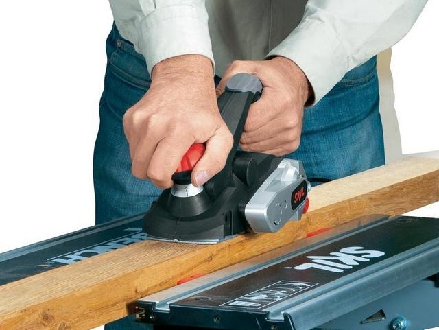 При выборе инструмента по мощности необходимо учитывать не только объемы и периодичность предстоящих работ, но и породы древесины, которые планируется обрабатывать. Например, даже не самую большую деталь из дуба маломощным рубанком обработать будет очень проблематично.