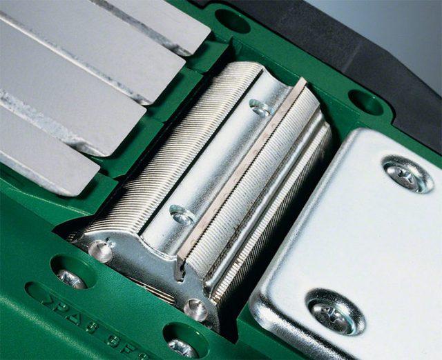 Массивный, но хорошо отбалансированный металлический цилиндр с прорезями для установки ножей – рабочий барабан электрического рубанка
