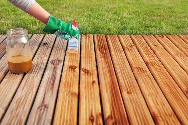При выборе состава стоит оценить и нормы его расхода для обработки древесины. Обычно они указываются в граммах на квадратный метр